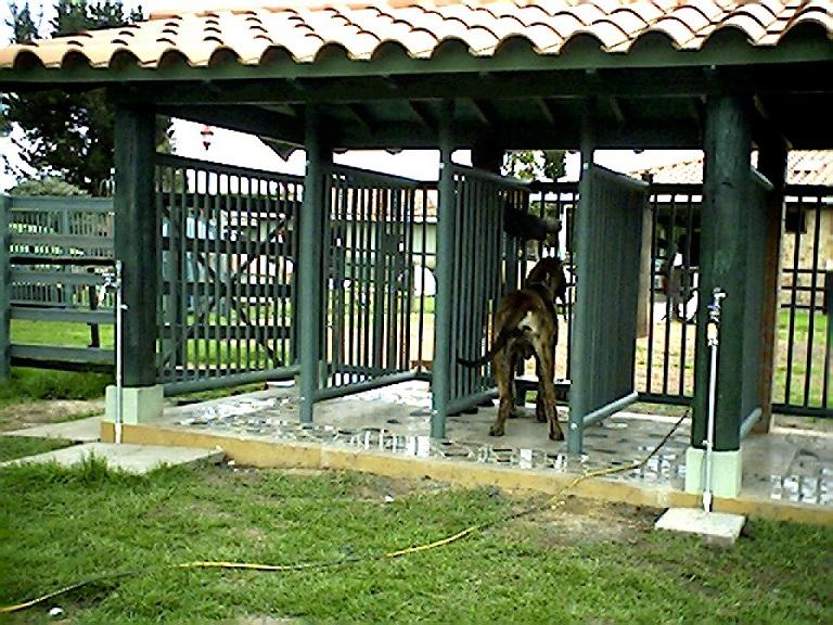perreras maderplast en plu00e1stico fuertes criadero de perros comederos ...