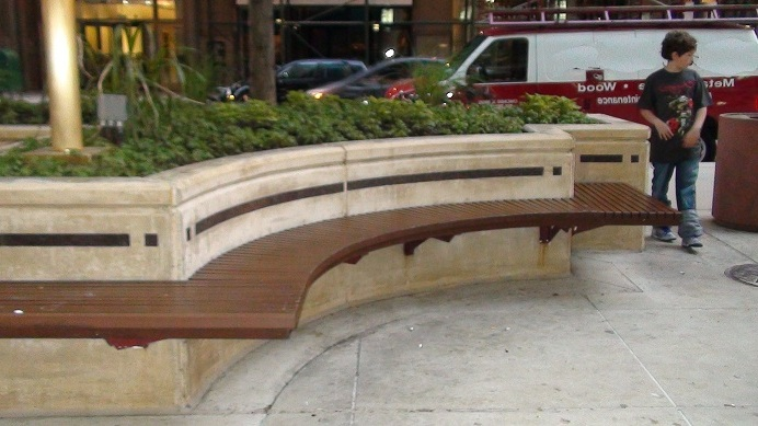 Sillas de pared amoblamiento urbano de madera tratada en for Sillas de madera para exterior