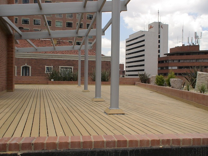 Centros recreativos con maderplast for Barandales de madera para jardin