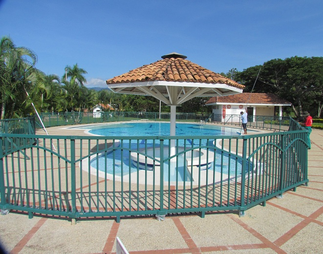 10 cerramientos para piscinas cercados perimetrales for Piscinas plasticas redondas