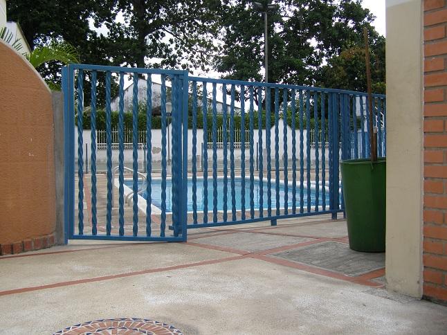 10 cerramientos para piscinas cercados perimetrales for Puertas para cerramientos