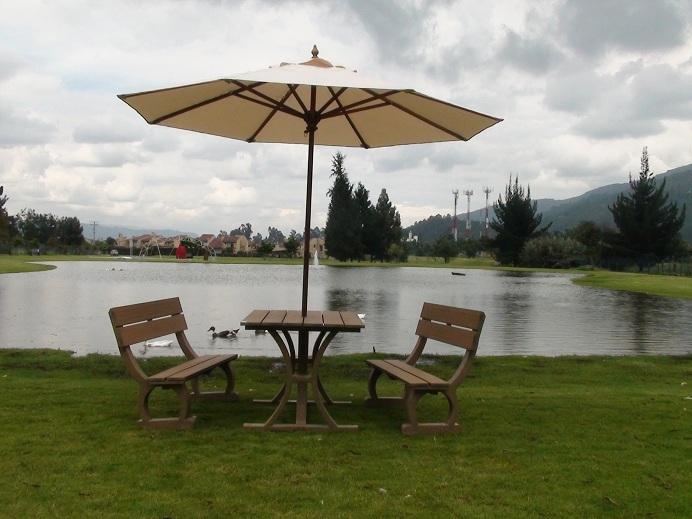 Mesa y sillas para exteriores pl sticos con parasoles for Mesas y sillas modernas precios
