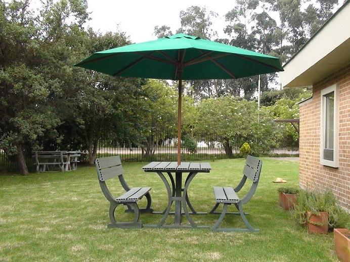 17 mesa y sillas para exteriores pl sticos con parasoles