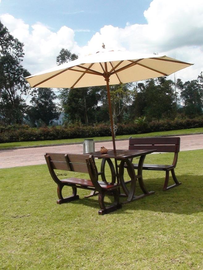 Mesa y sillas para exteriores pl sticos con parasoles for Mesa 3 en 1 con 2 sillas