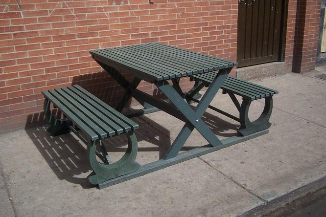 Mesa y sillas para exteriores pl sticos con parasoles for Como hacer una sombrilla para jardin