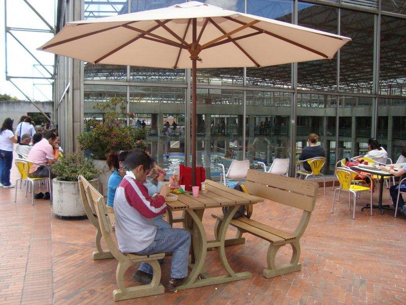 Mesa y sillas para exteriores pl sticos con parasoles for Mesas y sillas para terraza