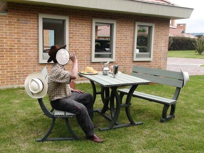 Mesa y sillas para exteriores pl sticos con parasoles for Mesas y sillas de plastico para jardin