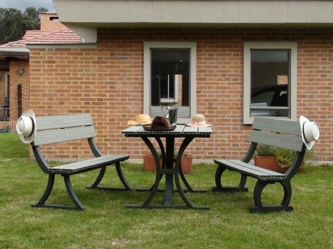 Mesa y sillas para exteriores pl sticos con parasoles for Mesas para muebles modernas