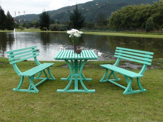 Mesa y sillas para exteriores pl sticos con parasoles for Sillones de plastico para terrazas