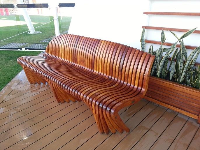 17 mesa y sillas para exteriores pl sticos con parasoles for Sillas de madera para exterior