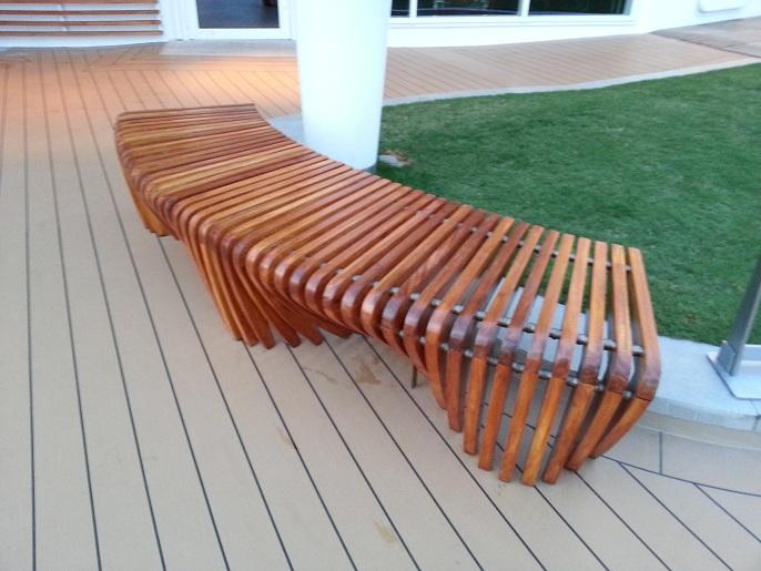 Mesa y sillas para exteriores pl sticos con parasoles for Juego de terraza de madera