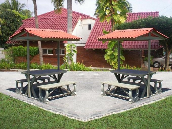 Mesa y sillas para exteriores pl sticos con parasoles for Sillas de diseno para exterior