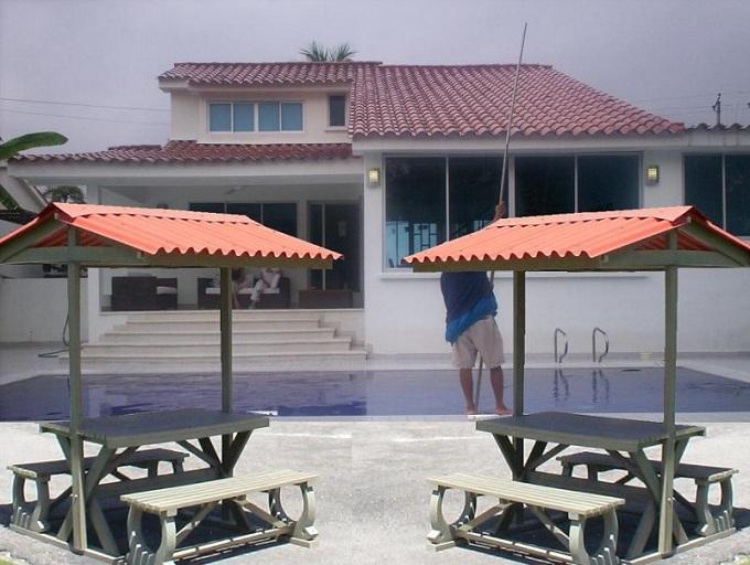 Mesa y sillas para exteriores pl sticos con parasoles for Kioscos bares de madera somos fabricantes