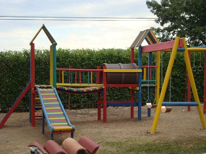Mesas de madera infantiles fabricacin instalacin de - Parque infantil de madera ...