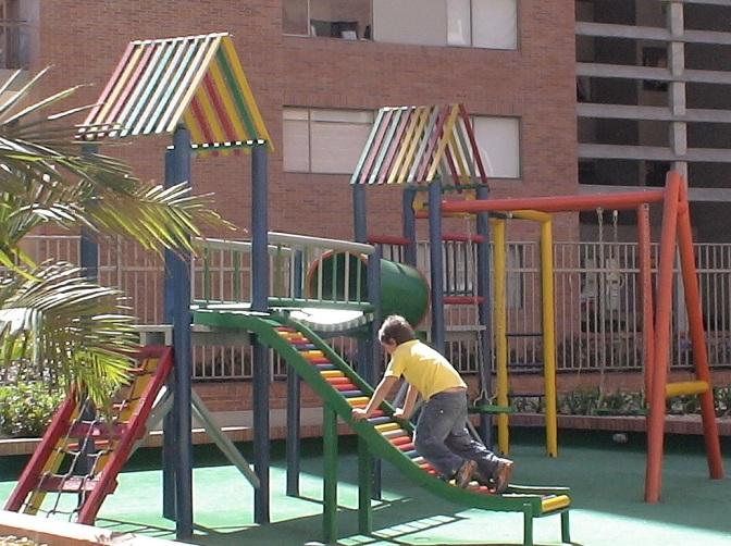 parque infantil completo juegos chiquillos nenes jovenes puente colgante rodaderos columpios pasamanos escalada tunel