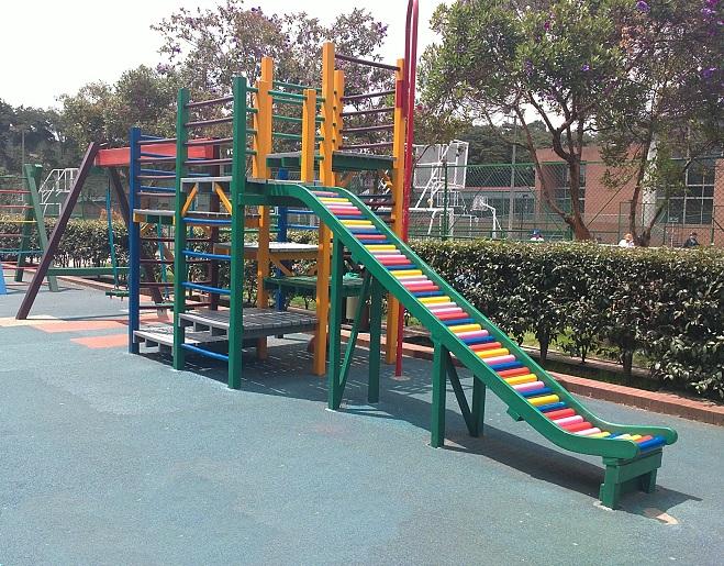 parque infantil grande completo juegos chiquillos mayores menores jovenes puente colgante rodaderos columpios pasamanos