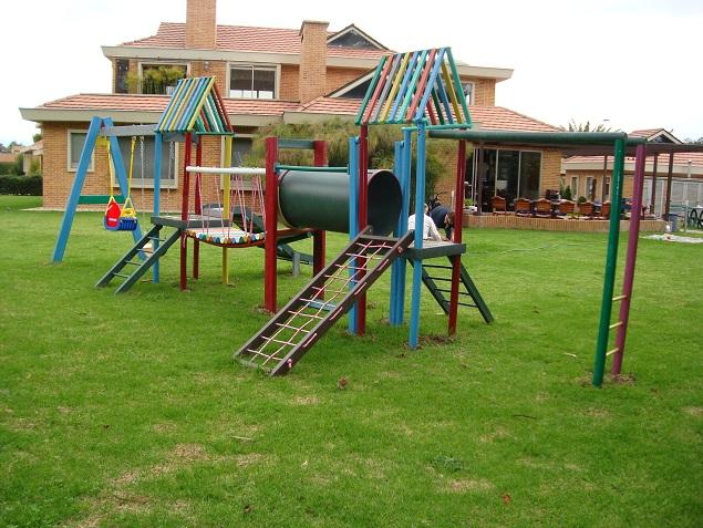 parque infantil pequeo completo juegos chiquillos nenes menores jovenes puente colgante rodaderos columpios pasamanos