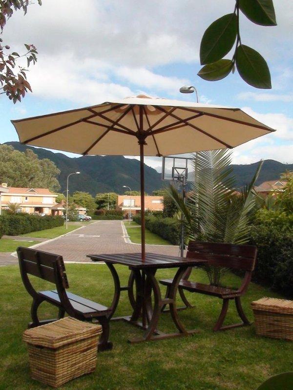 mesa con sillas en madera teca con parasol sombrilla toldo techo cobertizo resguardo vela muebles de