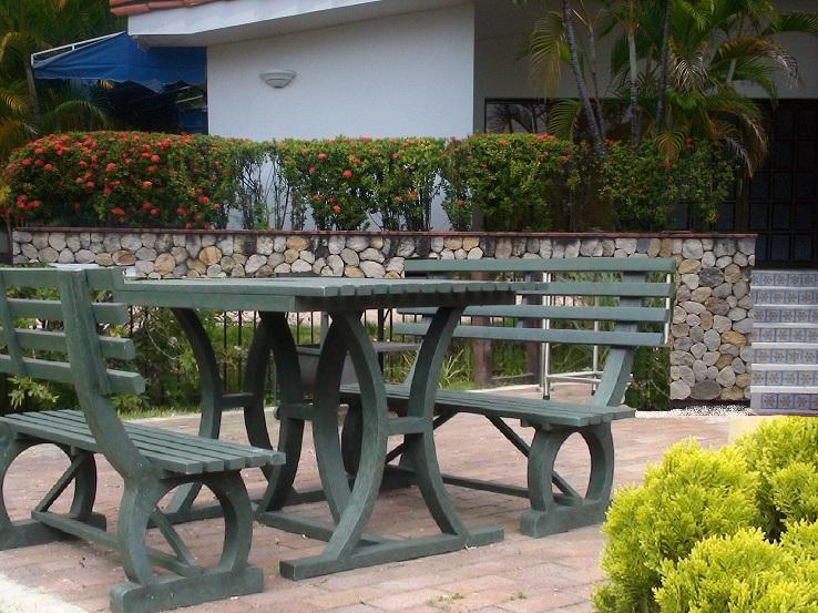 Casa de este alojamiento mesas y sillas terraza for Mesas y sillas para terraza