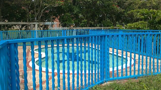 10 cerramientos para piscinas cercados perimetrales - Vallas de madera para piscinas ...